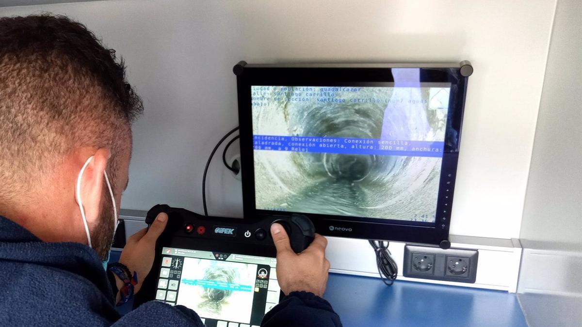 Un operario con la cámara robotizada