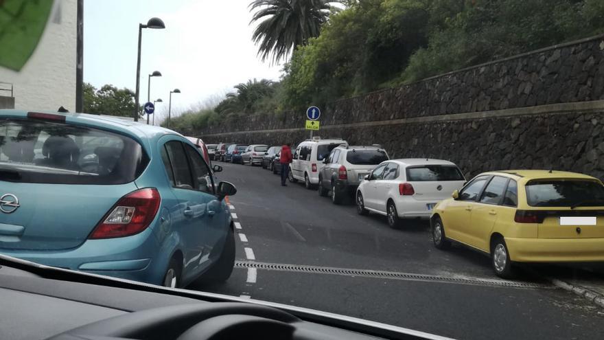 Coches estacionados en las aceras en el Hospital General de La Palma.