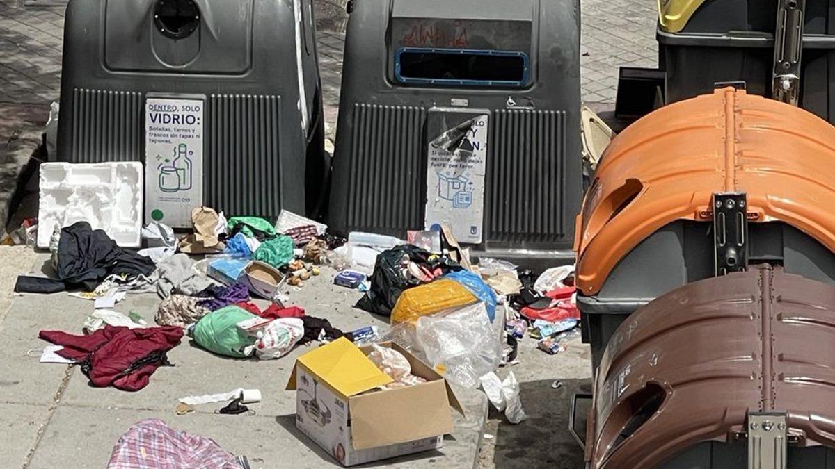 Una calle de Madrid con contenedores de basura.