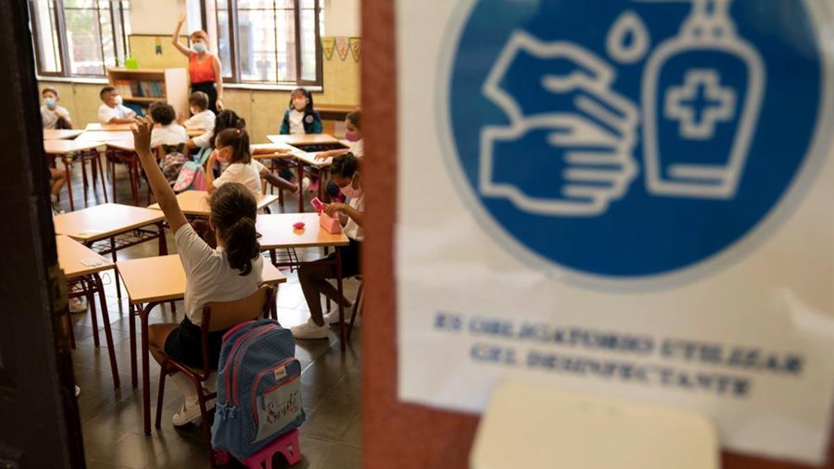 Unos niños atienden a su profesora en su primera clase en un colegio de Tenerife. EFE/Miguel Barreto