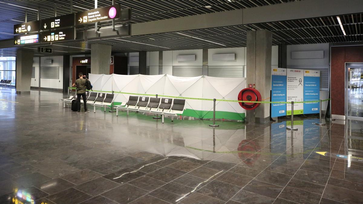 Espacio habilitado en el aeropuerto de Gran Canaria para los pasajeros que deban someterse a test de antígenos.