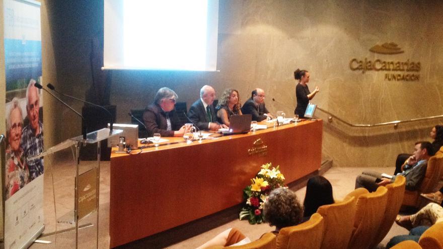La mesa presidencial, de izquierda a derecha, Álvaro Marcos (Fundación CajaCanarias), José Juan Barajas (Fundación Doctor Barajas), Cristina Valido y José Domingo Pinto (La Caixa)