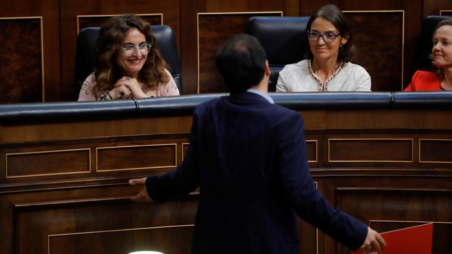 Alberto Garzón pasa delante de la ministra de Hacienda María Jesús Montero en el primer debate de la senda presupuestaria.