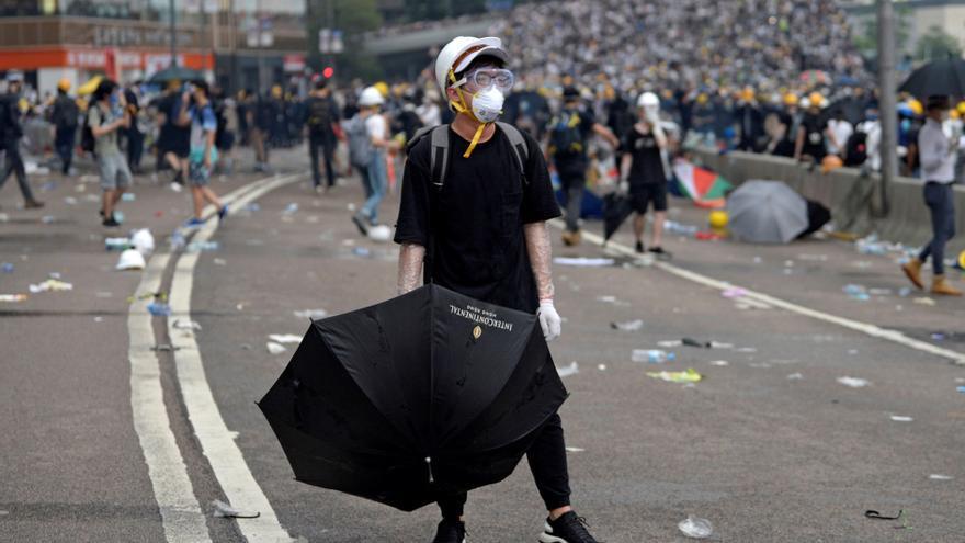 Un manifestante sostiene un paraguas durante las protestas en Hong Kong.