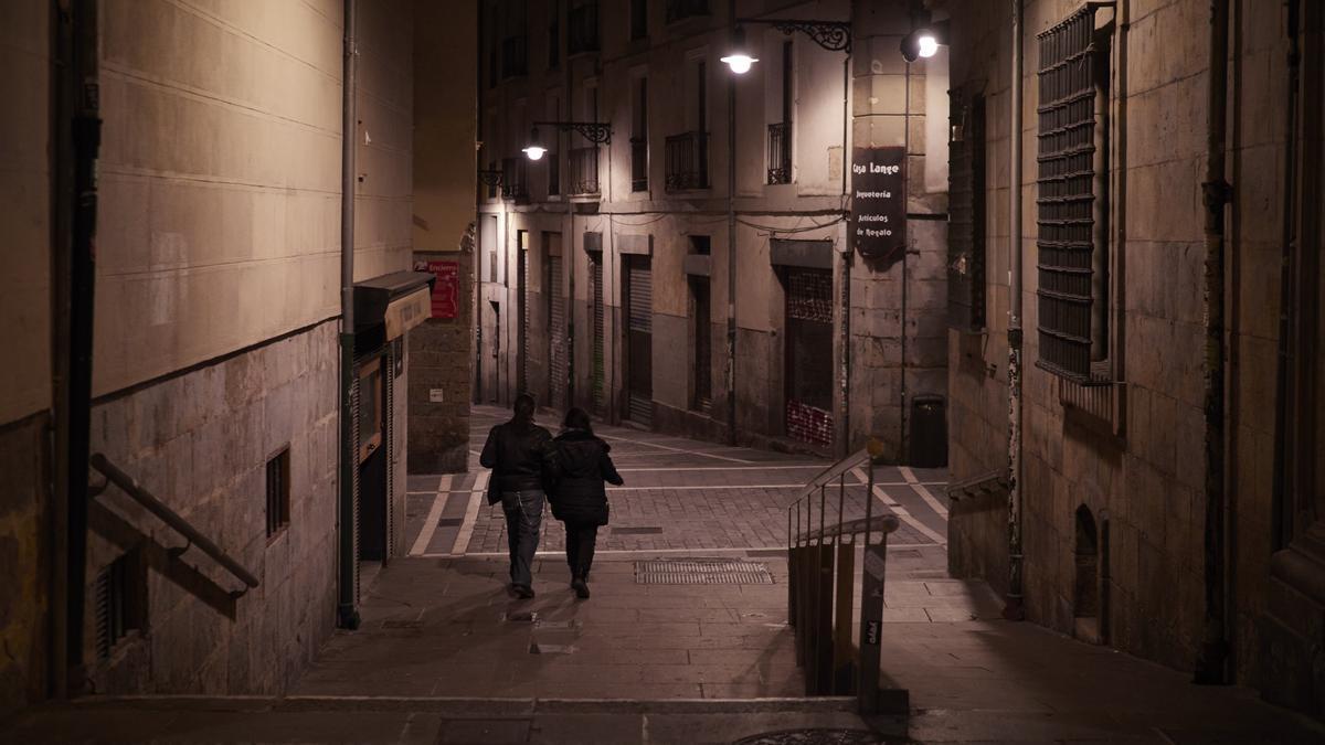 Una pareja por la Calle Bajada de Javier de Pamplona