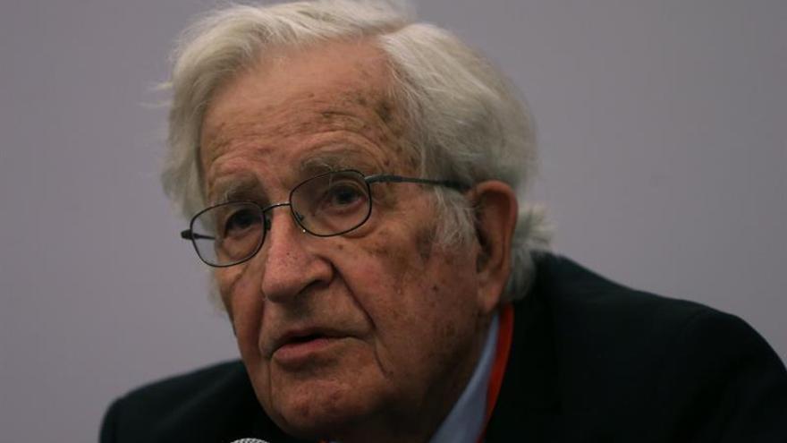"""Chomsky denuncia """"aislamiento"""" de Lula y """"golpe de Estado blando"""" en Brasil"""