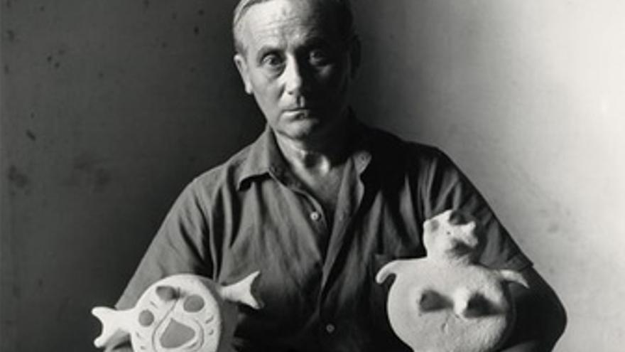 Joan Miró Con Dos Esculturas