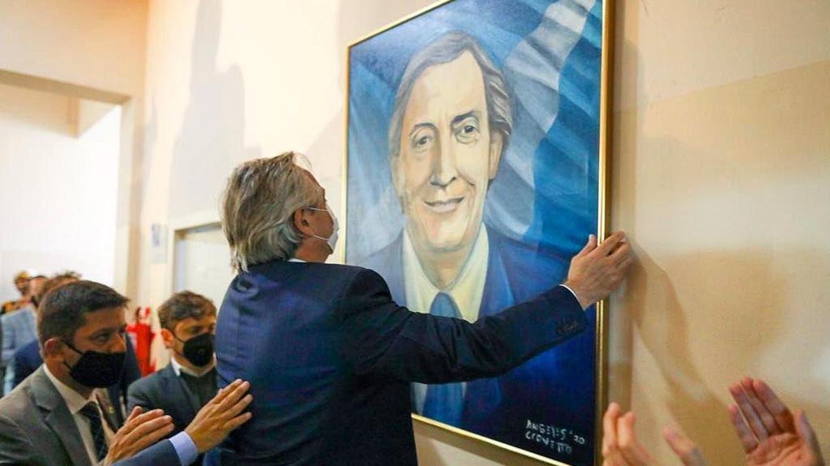 Alberto Fernández colgando un cuadro de Néstor Kirchner