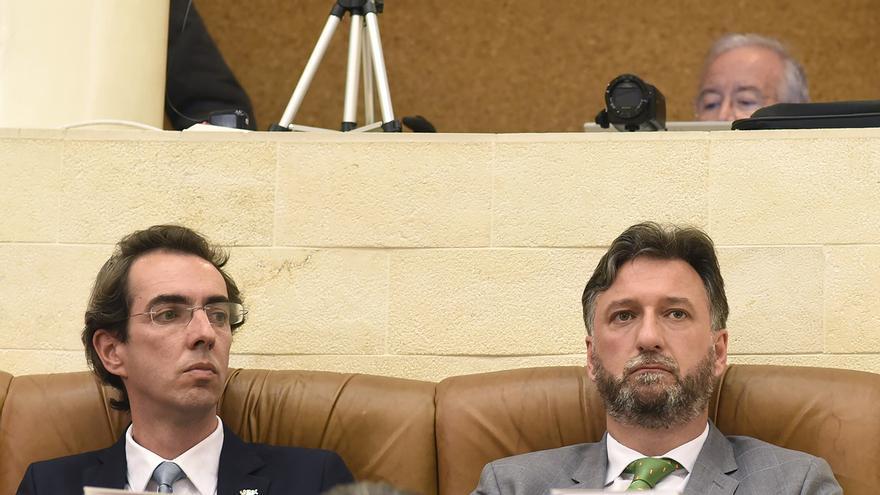 Armando Blanco y Cristóbal Palacio, diputados del Vox en el Parlamento de Cantabria.   JOAQUÍN GÓMEZ SASTRE