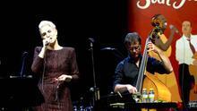 Karen Souza y el contrabajista Dick Them en la segunda parte de su actuación/ GOIO VILLANUEVA