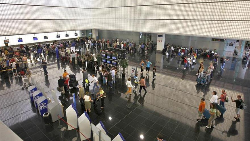 Un grupo de pasajeros impiden el despegue de un avión de Barcelona a Dakar por una expulsión