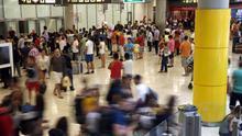 Viajeros en la zona de llegadas de la T4, en el aeropuerto Adolfo Suárez Madrid-Barajas.
