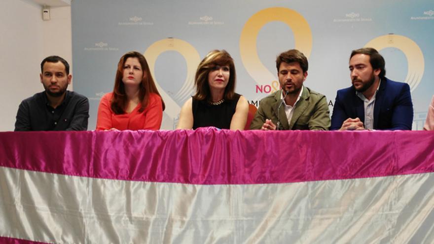 Los representantes de los cuatro grupos municipales de la oposición, con la presidenta de ATA-Sylvia Rivera en el centro