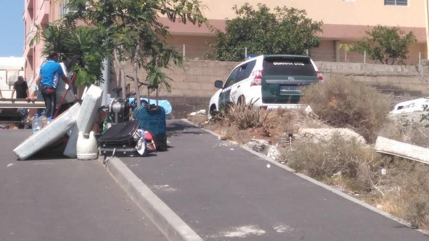 Enseres amontonados en la calle tras el desalojo practicado en La Jurada