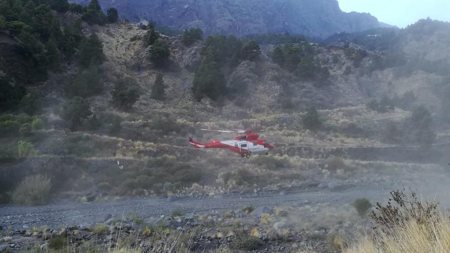 Un momento de traslado del senderista  en  el helicóptero del GES desde Dos Aguas hasta el aparcamiento en el barranco de Las Angustias.