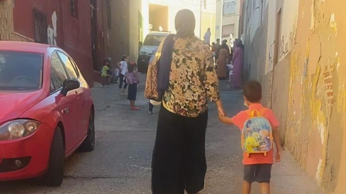 Asisa y Marwan de camino al colegio.