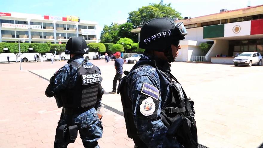 Dos agentes de la Policía Federal vigilan Ayotzinapa/ Rodrigo Hernández