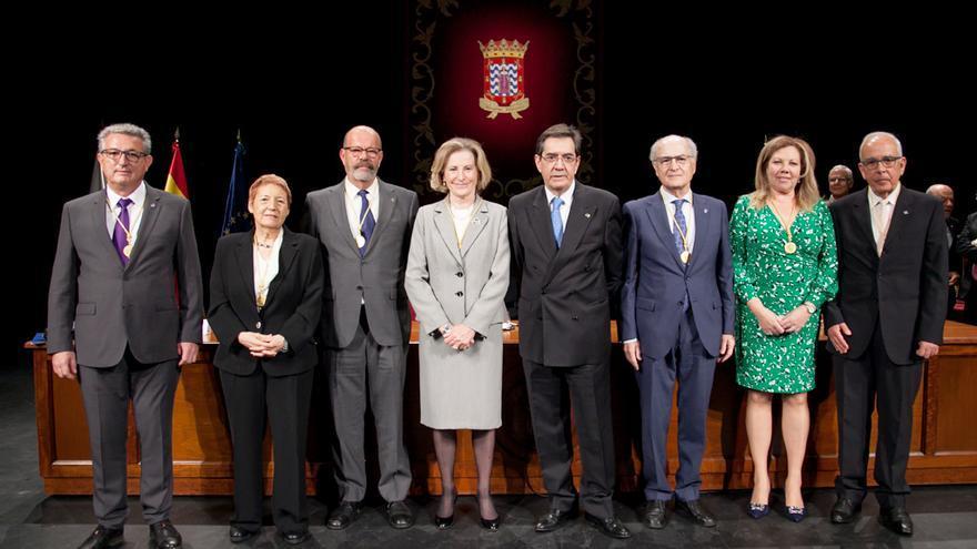 Foto de familia con los galardonados y el rector Antonio Martinón, en el acto de este martes en la ULL