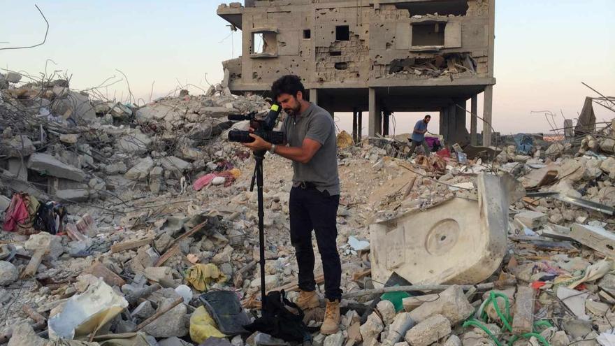 Fotograma de 'Morir para contar' con Hernán Zin entre las ruinas de la guerra