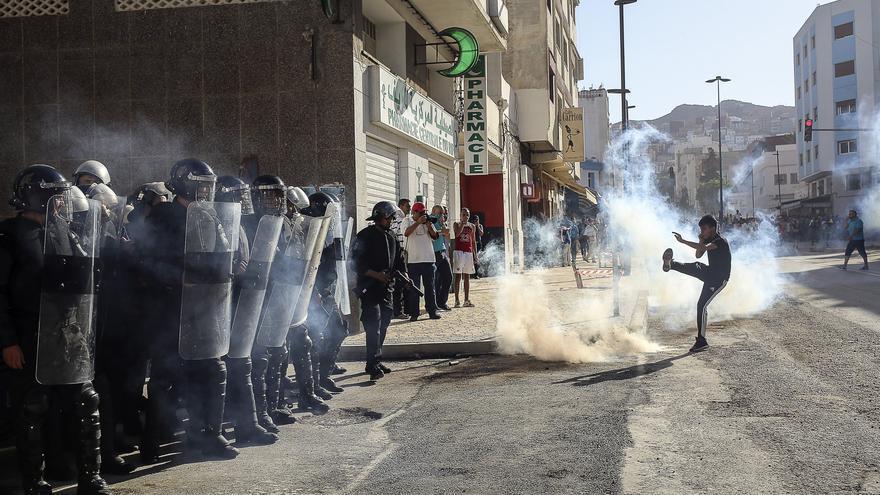 La policía lanza gas lacrimógeno durante una manifestación en la localidad de El Hoceima, Marruecos. Los enfrentamientos entre la policía y los manifestantes marroquíes dejaron al menos 83 personas heridas en nubes de gases lacrimógenos y enfrentamientos en una manifestación no autorizada contra la desigualdad y la corrupción. (
