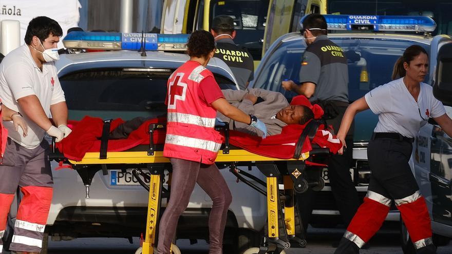 Un barco de Salvamento Marítimo ha rescatado este lunes a 20 kilómetros de Fuerteventura a 68 inmigrantes que se dirigían a Canarias en una lancha neumática.