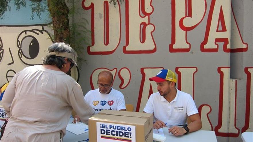 Mesa de votación en Barcelon