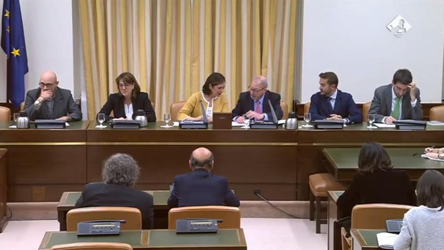 La representante del PP, Beatriz Escudero, preside la comisión de investigación de financiación ilegal de su propio partido ante la ausencia de Pedro Quevedo.