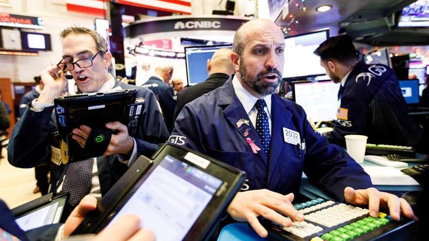 Wall Street abre con pérdidas y el Dow Jones baja un 1 %