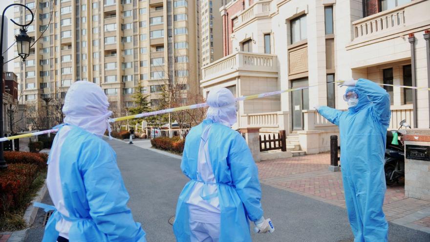 La ciudad china de Qingdao cierra un hospital y varias viviendas por 3 casos asintomáticos