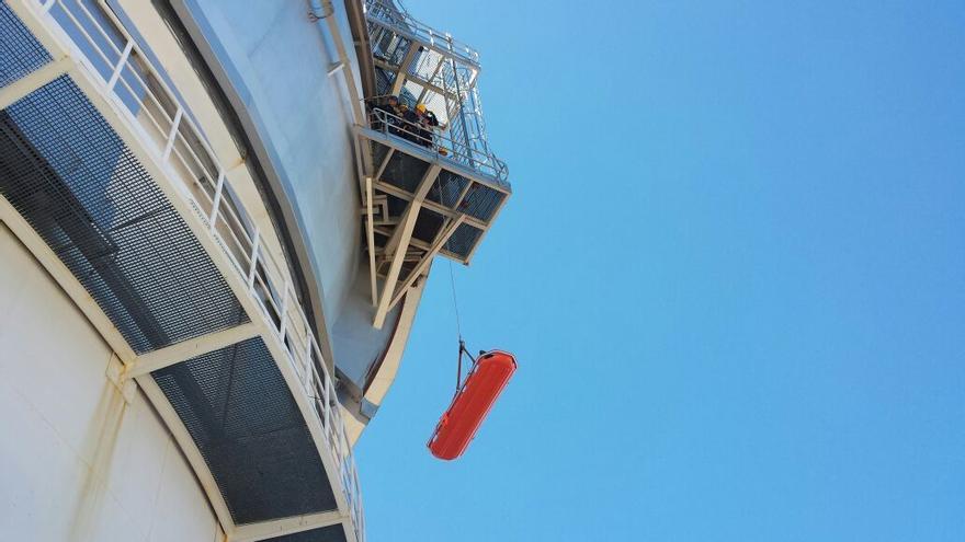 En la imagen, prácticas en el exterior de la cúpula de GTC del curso de rescate y evacuación en altura.