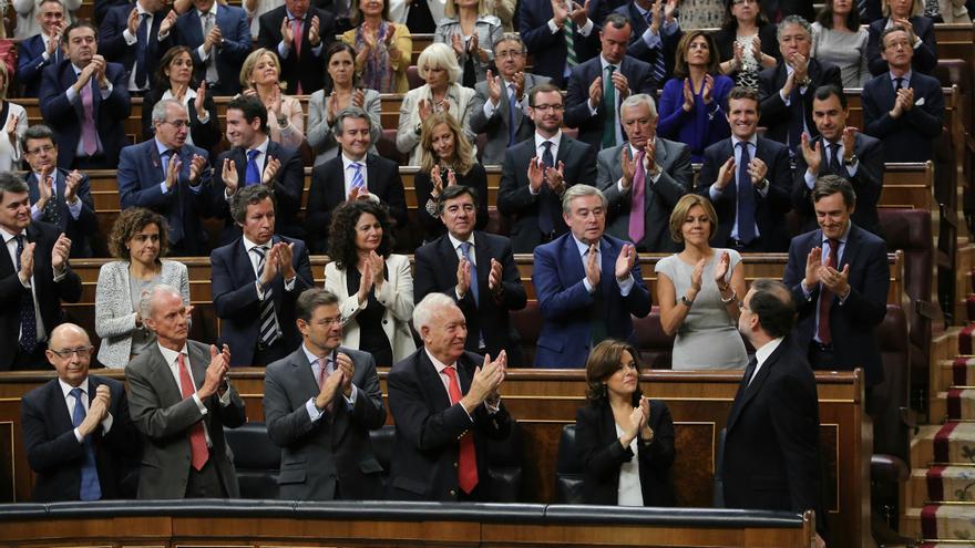 Mariano Rajoy, aplaudido el grupo parlamentario del Partido Popular en la investidura de este 29 de octubre. Foto de Marta Jara