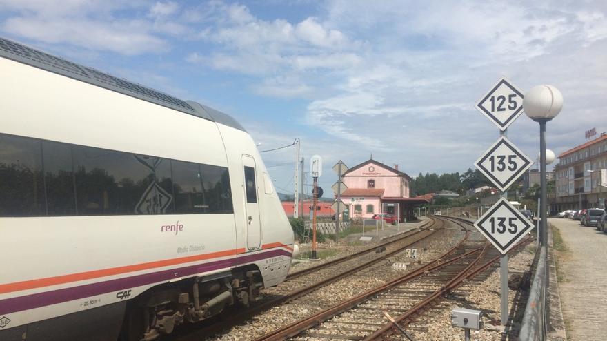 Tren de media distancia llegando a la vieja estación convencional de Padrón