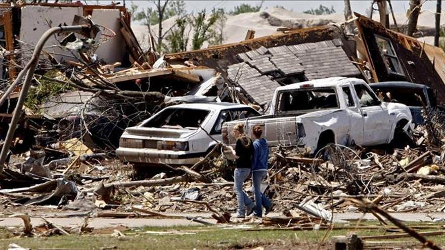 Una mujer muerta y una docena de heridos por medio centenar de tornados en el centro de EE.UU.