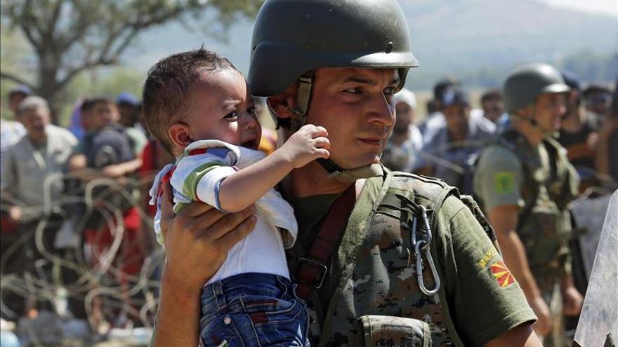 Miles de niños agotados y muchos sin padres marchan con la ola de refugiados