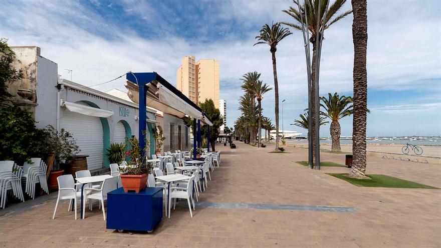 La terraza de un restaurante en el paseo de la playa del Barnuevo de Santiago de la Ribera, Murcia.