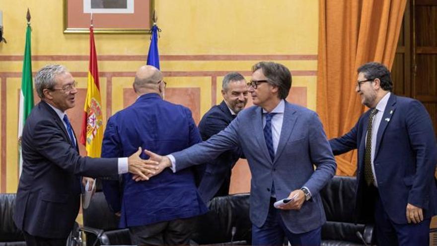 El consejero de Economía, Rogelio Velasco (Ciudadanos), y el de Hacienda, Juan Bravo (PP), saludan a los miembros de Vox tras la firma del acuerdo presupuestario en Andalucía.