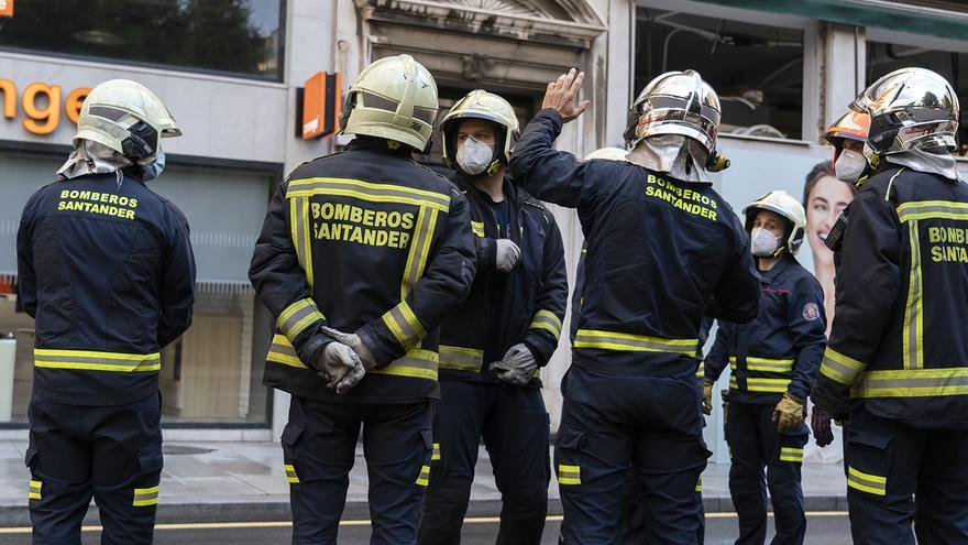 Un grupo de bomberos trabaja durante el desalojo del edificio de Isabel II de Santander. | JOAQUÍN GÓMEZ SASTRE