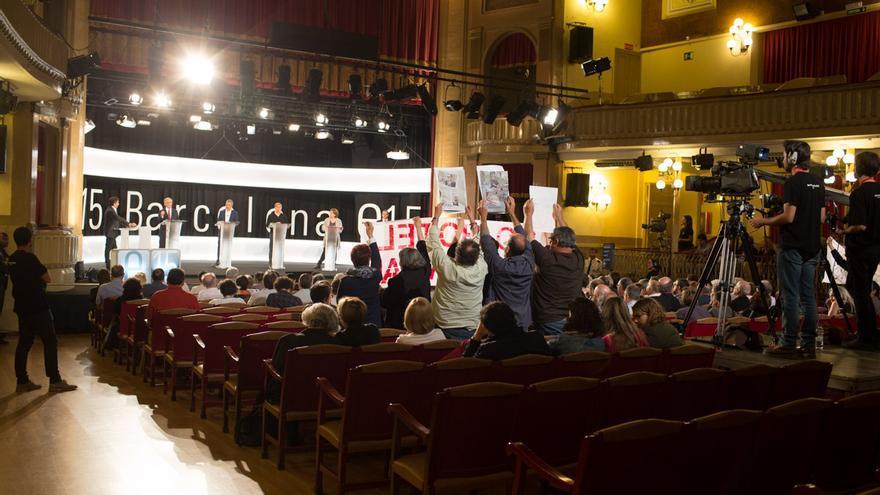 El public ensenya un cartell en protesta per l'hotel de Rec Comtal / ENRIC CATALÀ