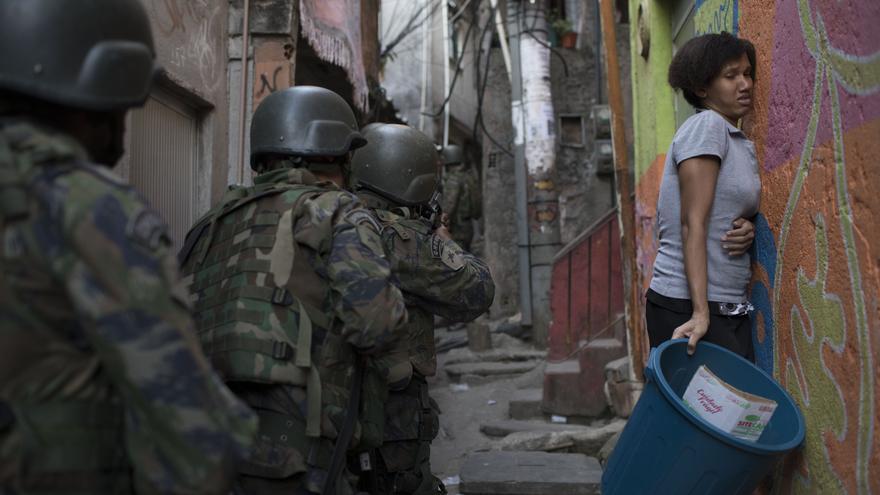 Policía interviniendo en Brasil / Leo Correa