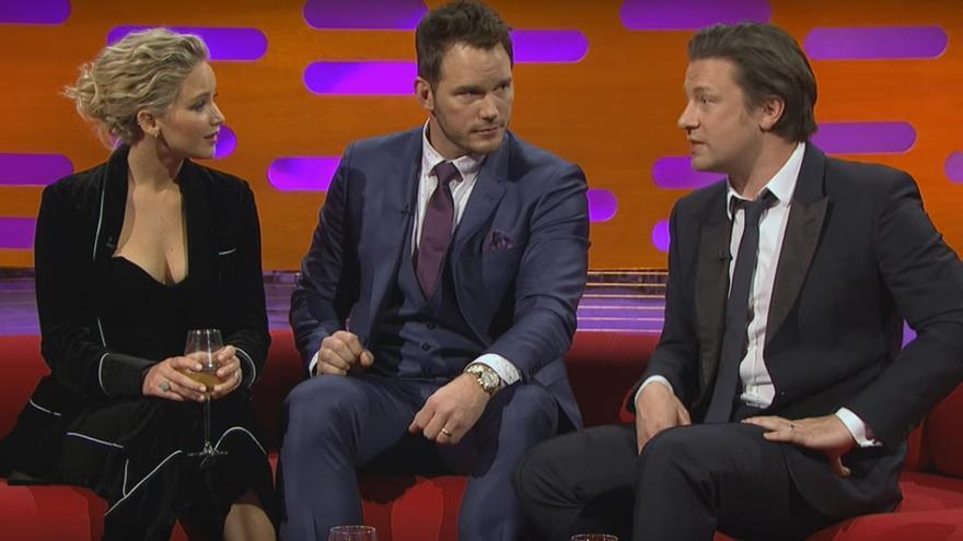 El cocinero británico Jaimie Oliver (d) junto a Chriss Pratt y Jennifer Lawrence en 'The Graham Norton Show'