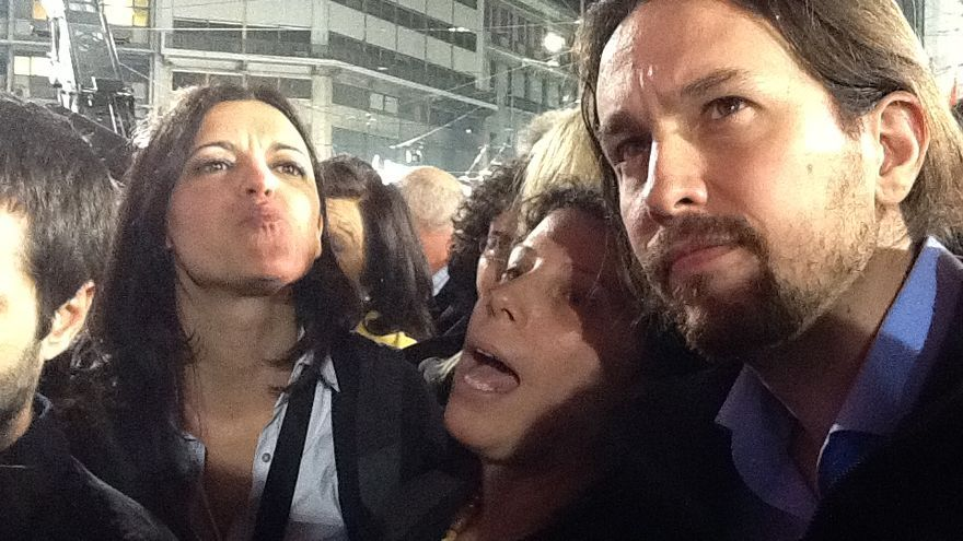 La eurodiputada del Bloco de Esquerda Marisa Matías, una traductora de Syriza y el líder de Podemos, Pablo Iglesias, en el mitin central de Syriza en Atenas, el 22 de junio de 2015. / Andrés Gil