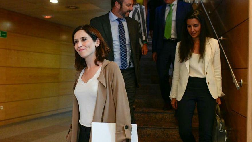 Isabel Díaz Ayuso, del PP, en primer plano, y Rocío Monasterio, de Vox.