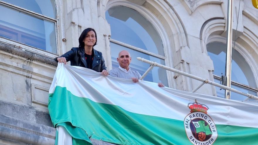 La fachada del Ayuntamiento de Santander se viste con los colores del Racing en apoyo al club en la fase de ascenso
