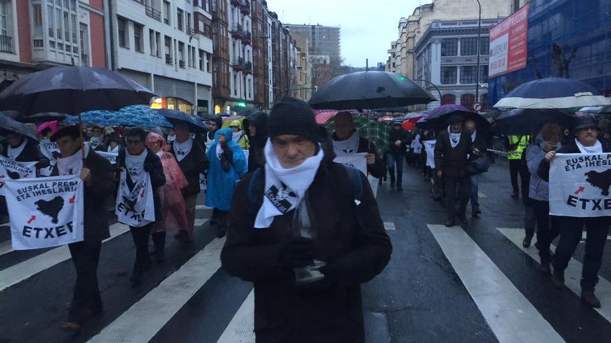Familiares de presos de ETA, avanzan en varias hileras en la marcha de esta tarde en Bilbao.
