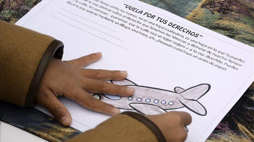 Unos 400 aviones de papel surcan los cielos de Valladolid en defensa de la infancia