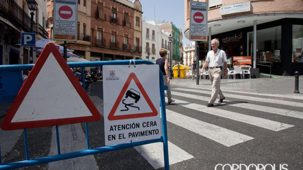 Señalización por peligro de cera en el inicio de la Calle San Fernando