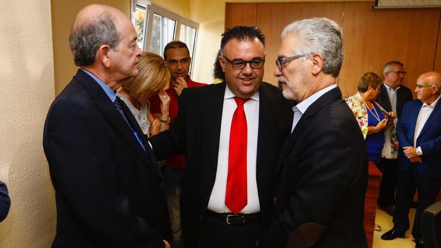 El coordinador general de Economía, Hacienda, Patrimonio y Contratación, Conrado Domínguez, junto al exrector de la ULPGC José Regidor (d) y al presidente del Consejo Social de la Universidad, Ángel Tristán (i).