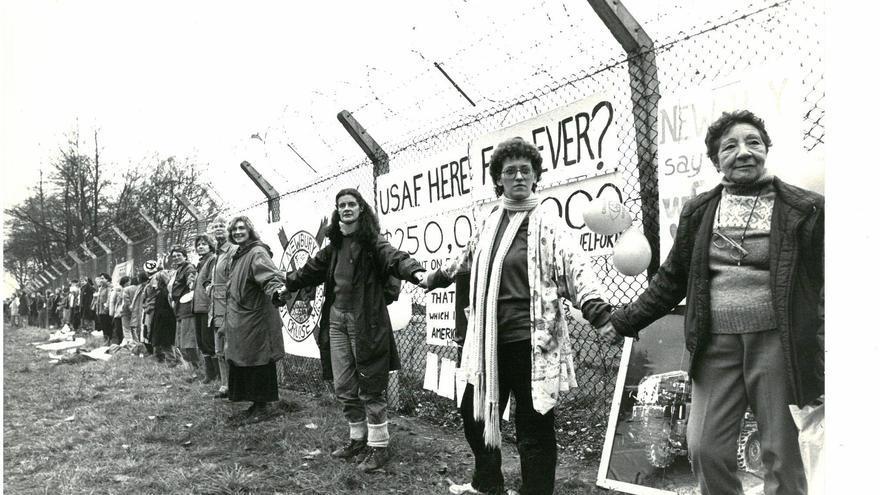 Cadena humana contra la guerra en Greenham Common (1983), que se recreará este sábado en el Puerto de Bilbao