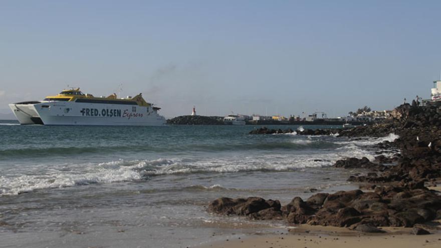 Puerto de Playa Blanca desde la playa de la localidad sureña  (Foto: Felipe de la Cruz)