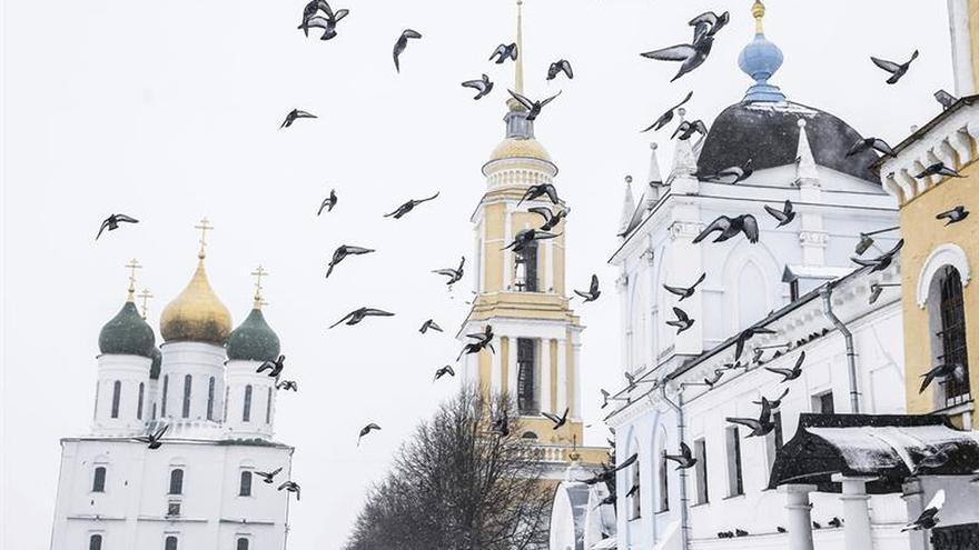 Más de un centenar de vuelos cancelados por nevadas y lluvia helada en Moscú